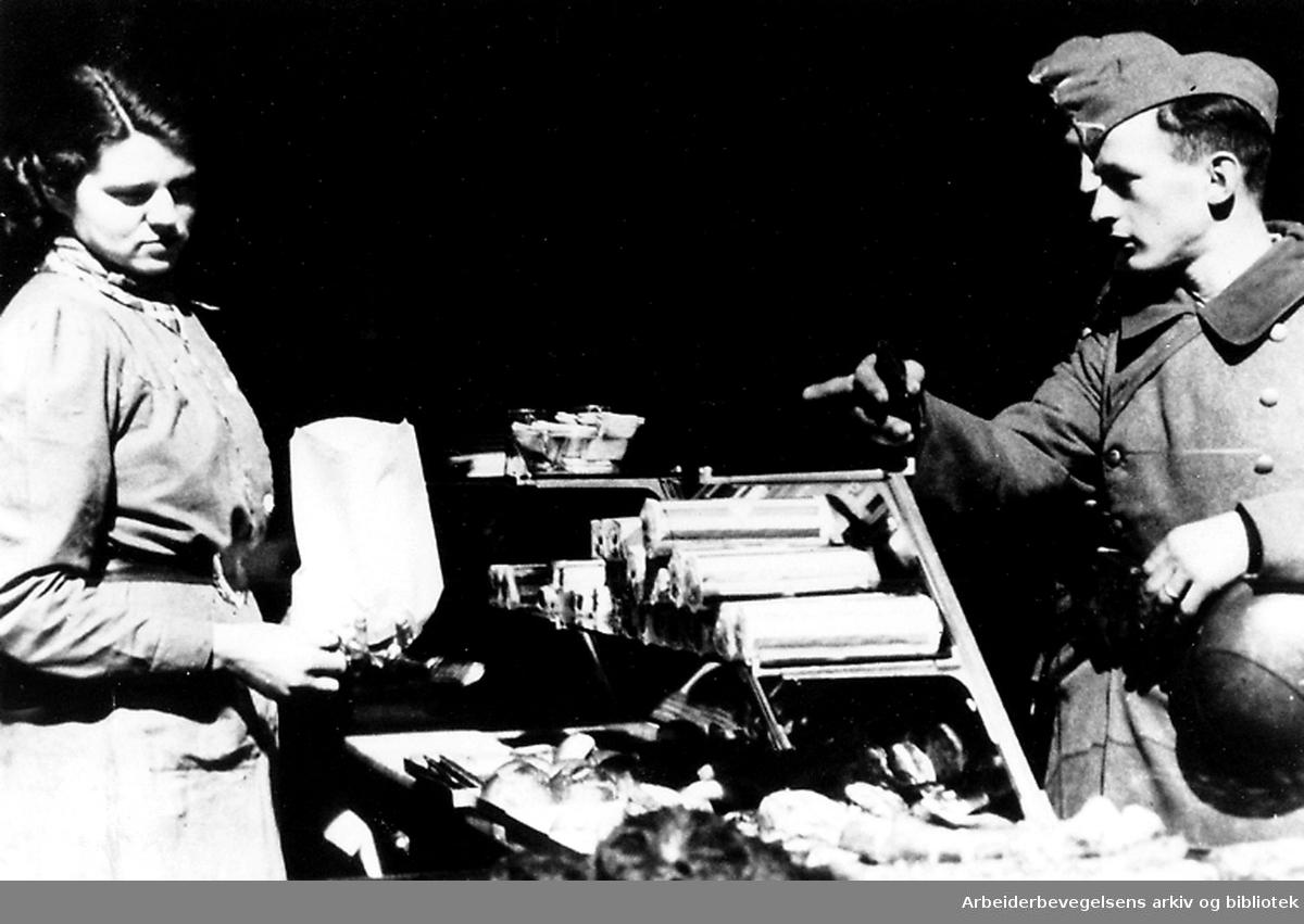 Tyske soldater gjør innkjøp i en bakerforretning,.april 1940