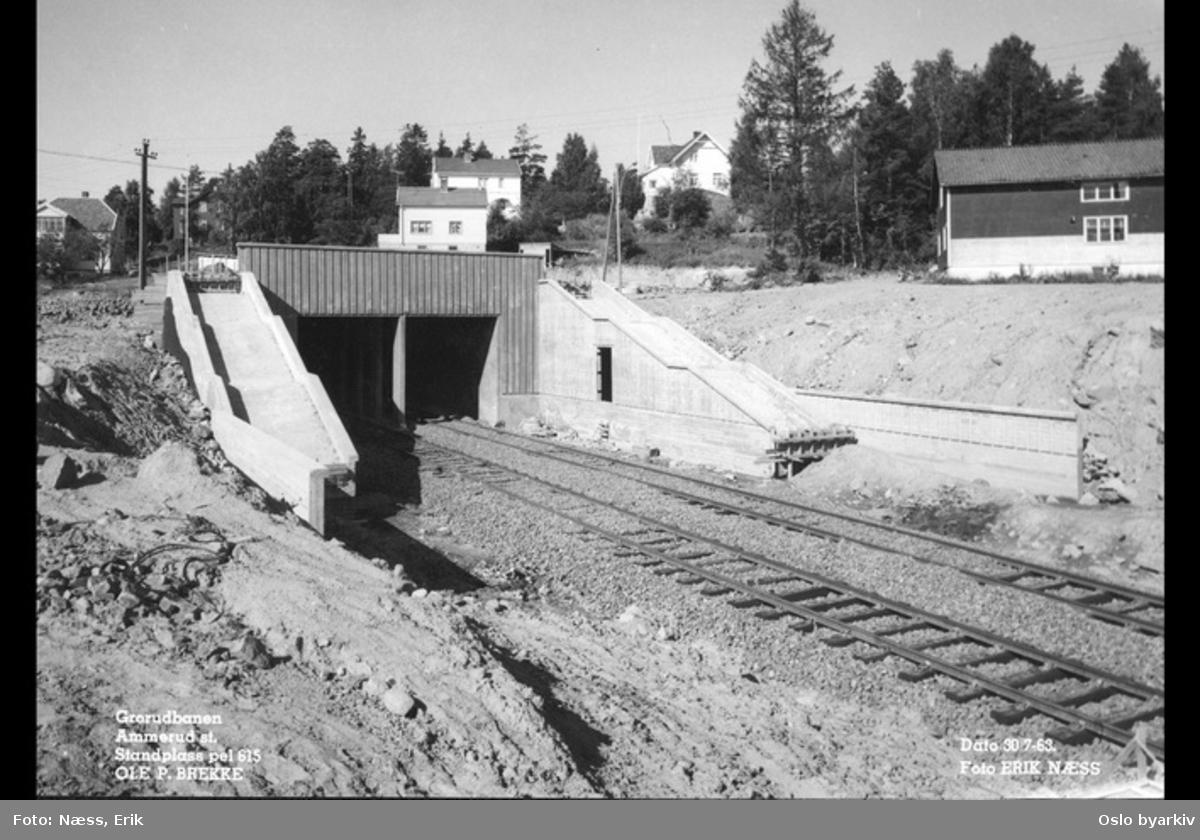 Bygging av t-banestasjonen på Ammerud. Villabebyggelse ved Ammerudveien i bakgrunnen