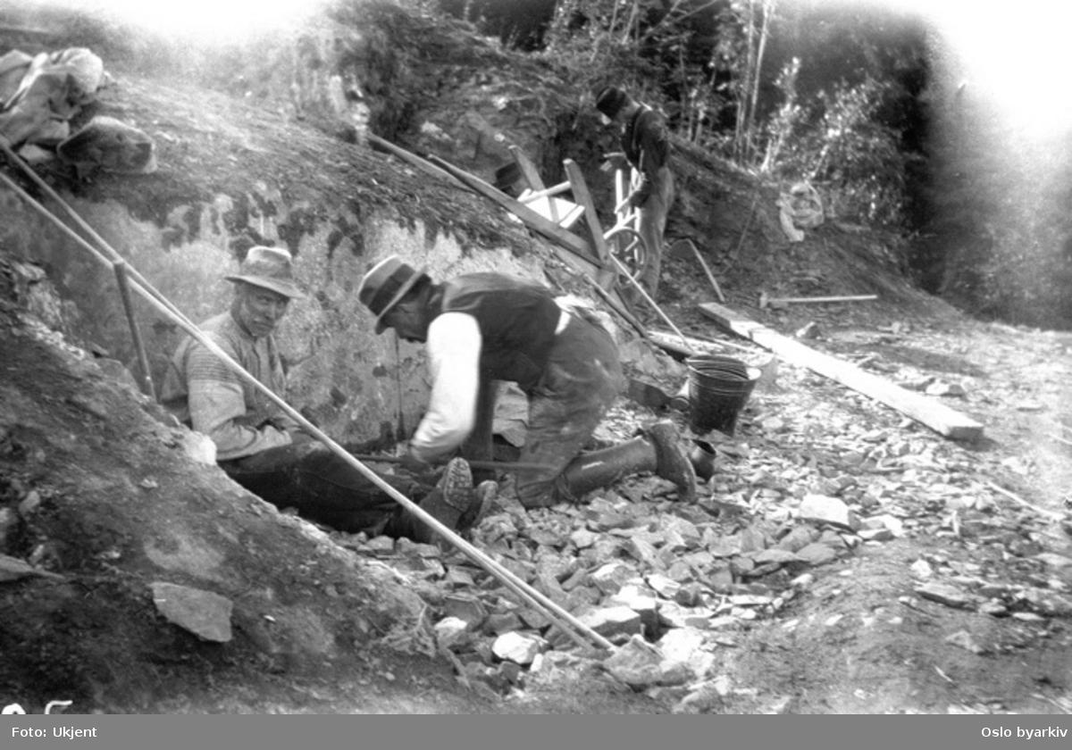 Bildet er tatt under arbeidet med forlengelsen av Lilleakerbanen til Bekkestua og Haslum. Forlengelsen stod ferdig 1924. Bildet er tatt 21.08..21