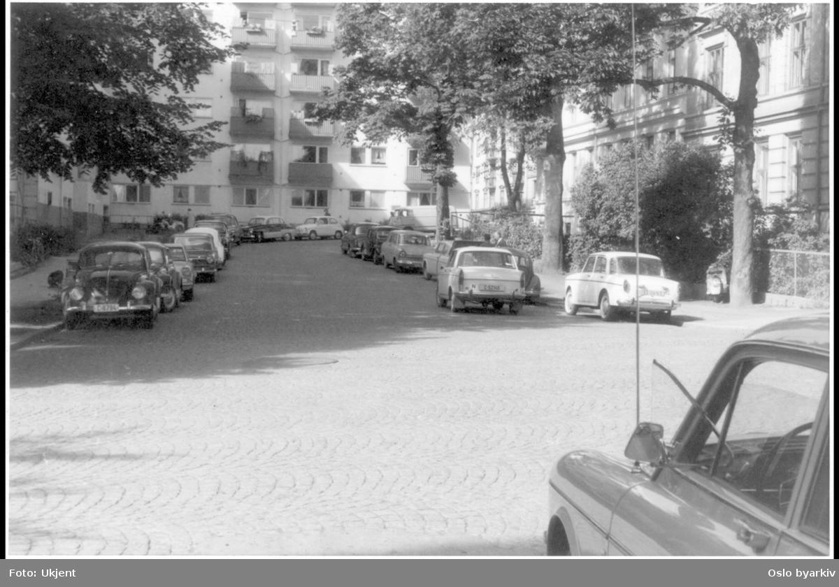 Vesteheimgata i krysset med Gabels gate. Parkerte biler. Forhager. Sannsynlig fra 1960-tallet.