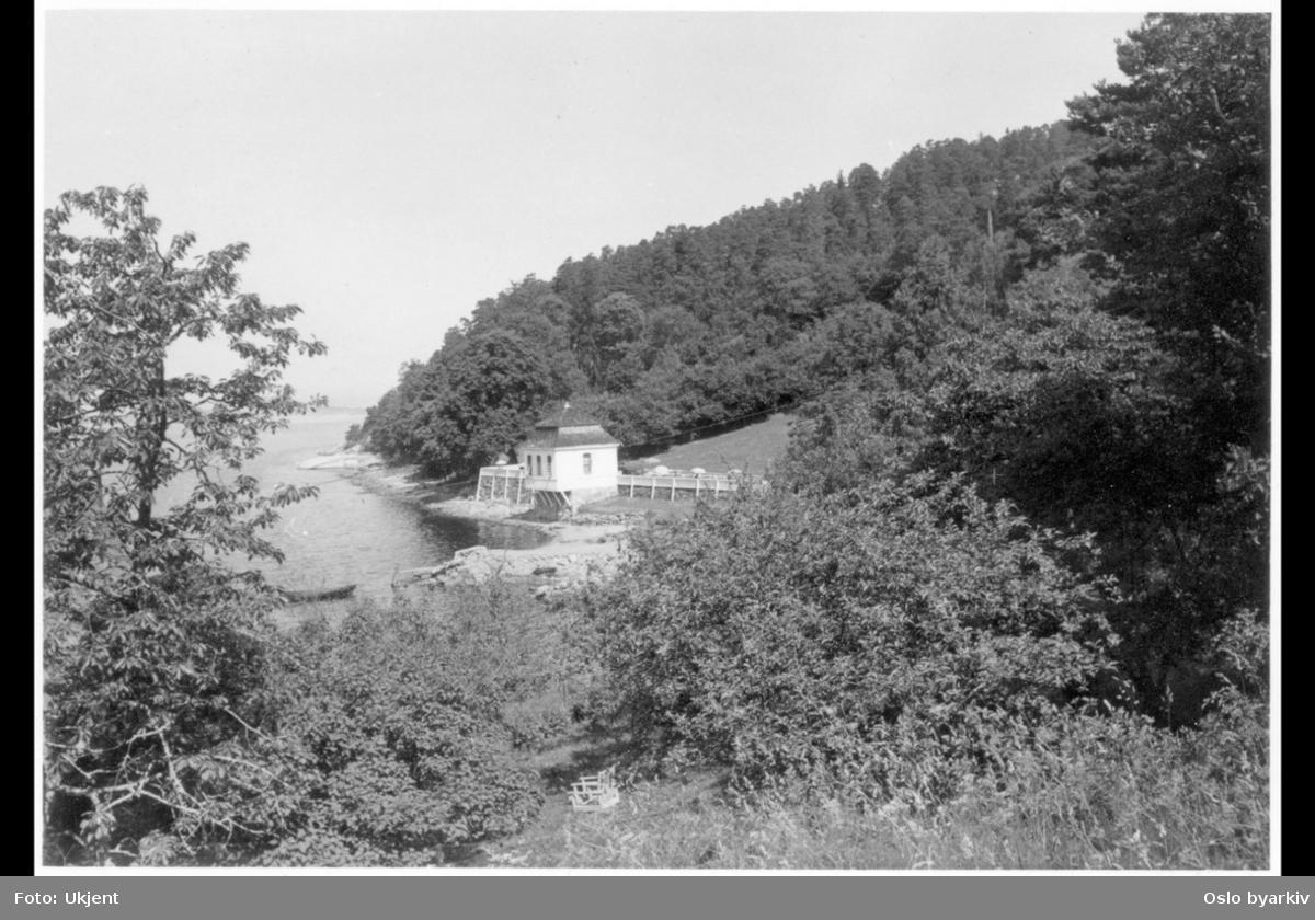 Det tidligere lysthuset (rokokkopaviljongen) til Stubljan gods, sett fra øst. Nå kiosk og kafé (uteservering) for Hvervenbuktas badegjester.