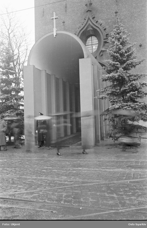 Hovedinngangspartiet til Oslo Domkirke. Egen inngangsportal i anledning dronning Mauds bisettelse.