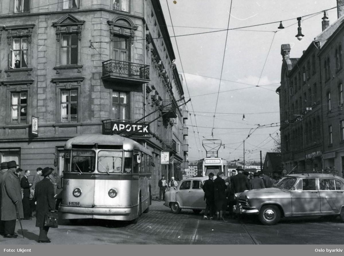 Oslo Sporveier, Trolleybuss, linje 20 til Majorstuen i gatekryss på Sagene. Bak kommer en trikk, linje 13 til Carl Berners plass. Sagene Manufaktur på hjørnet, den Røde Mølle ved siden av. På hjørnet av Arendalsgata og Grimstadgata.