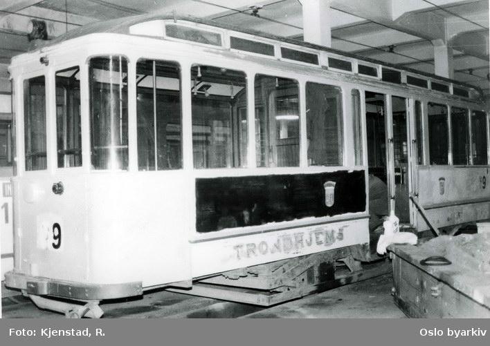 Sporvogn tilhørende Trondheim Sporvei. Restaurering av HaWatilhenger nr 69 i regi av Sporveishistorisk Forening i 1981 i Voldsminde vognhall. Nr 69 var ferdig oppusset og satt i stand i juni 1983. Av 12 vogner levert i 1922, er dette den eneste som eksisterer.
