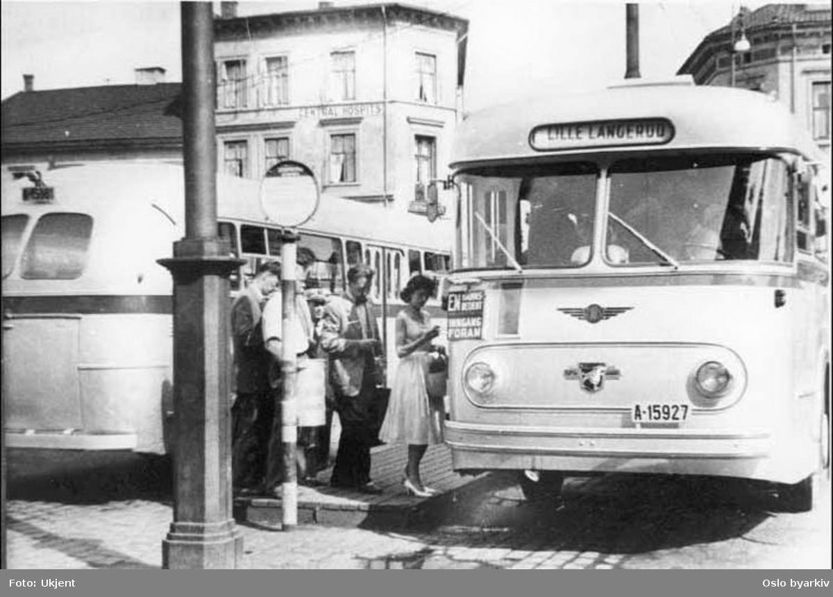 Oslo Sporveier. A-15927, dieselbuss linje 71B til Lille Langerud ved bussterminalen (avgangsholdeplassen) på torget.