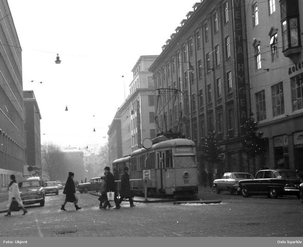 Et av Bergen Sporveis vogntog i Olav Kyrres gate i desember 1965, rett før Bergen Sporvei innstilte trikkedriften.