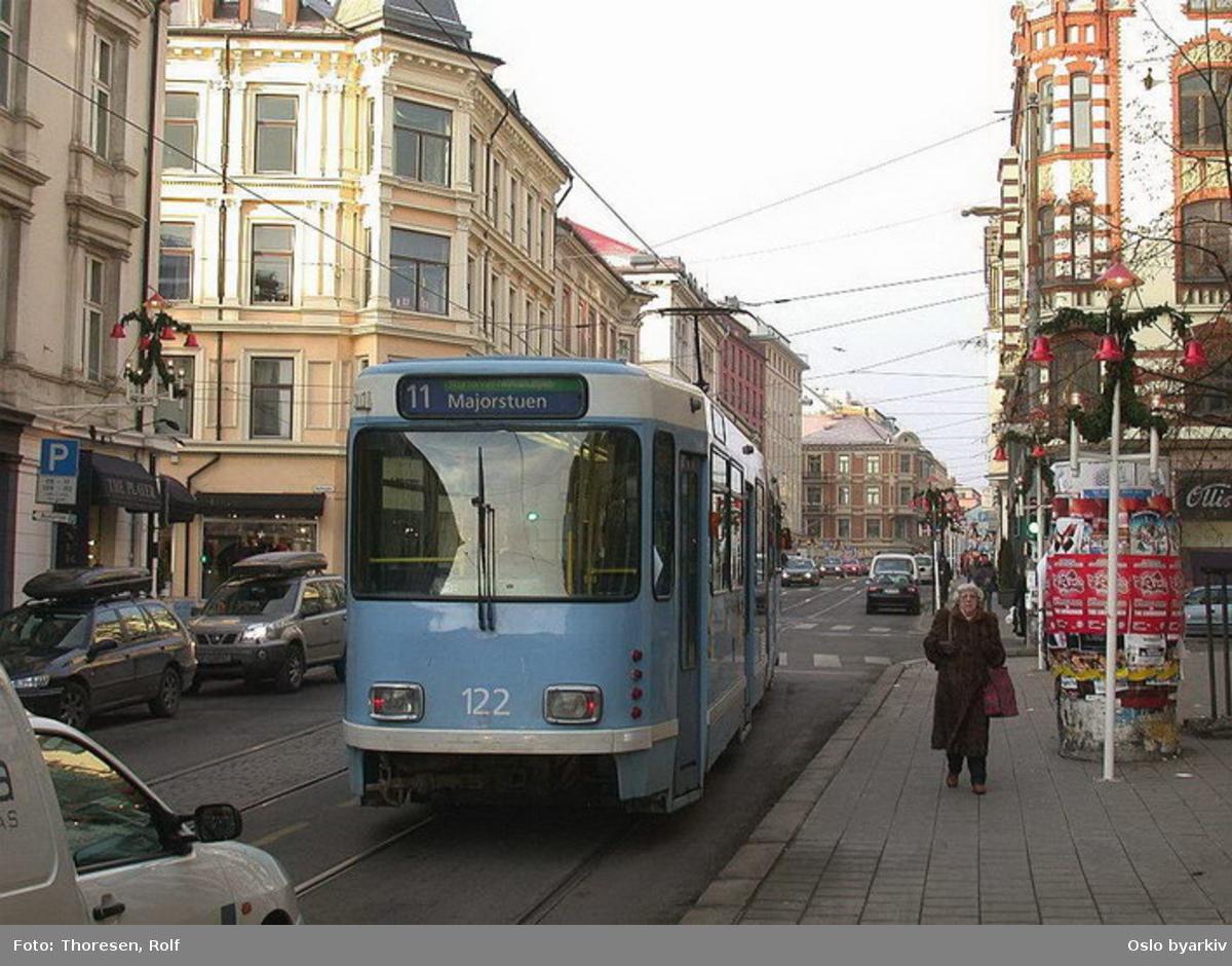 Oslo Sporveier. Trikk motorvogn 122 type SL79 linje 11i Bogstadveien. Reklametårn, juledekorasjoner.