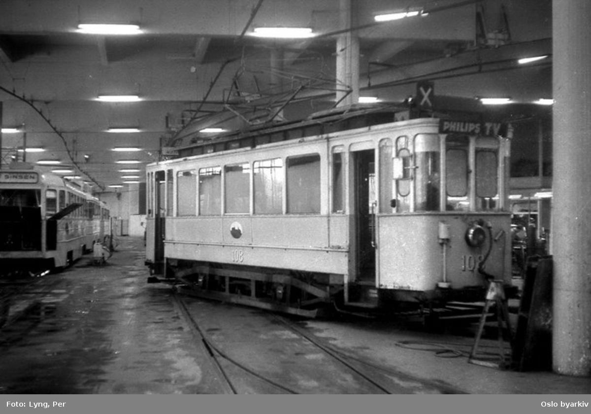 Oslo Sporveier. Trikk motorvogn type SS nr. 108 (fra 1914) rangérvogn i Grefsen vognhall, verkstedet. Bilde tatt en gang mellom 1968-1974.