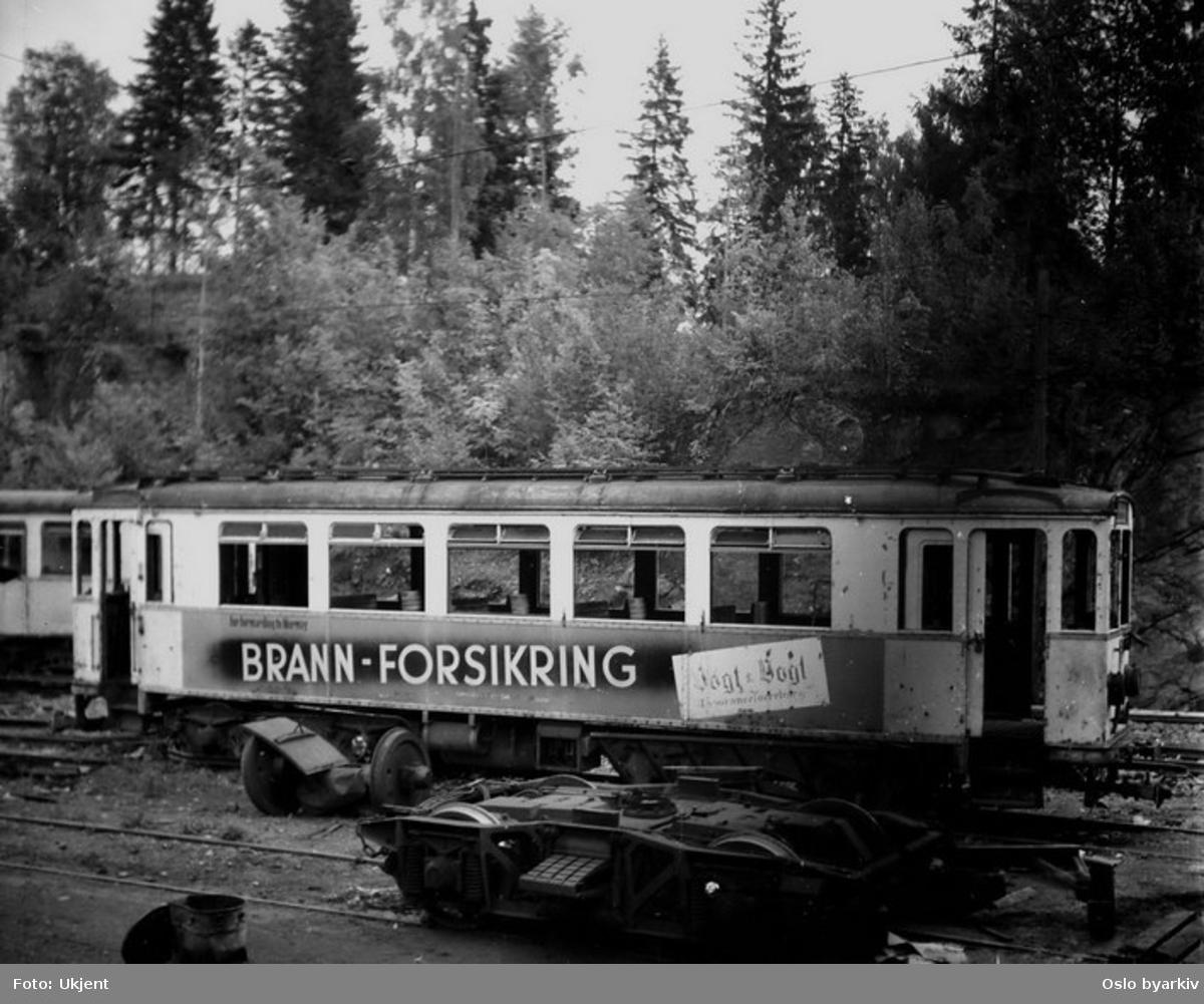Oslo Sporveier. Forstadstrikk på Lilleakerbanen (fra 1924) motorvogn 11 type A, avstilt for opphugging ved Avløs vognhall. (Siste A-vogner var i drift frem til 1958.)