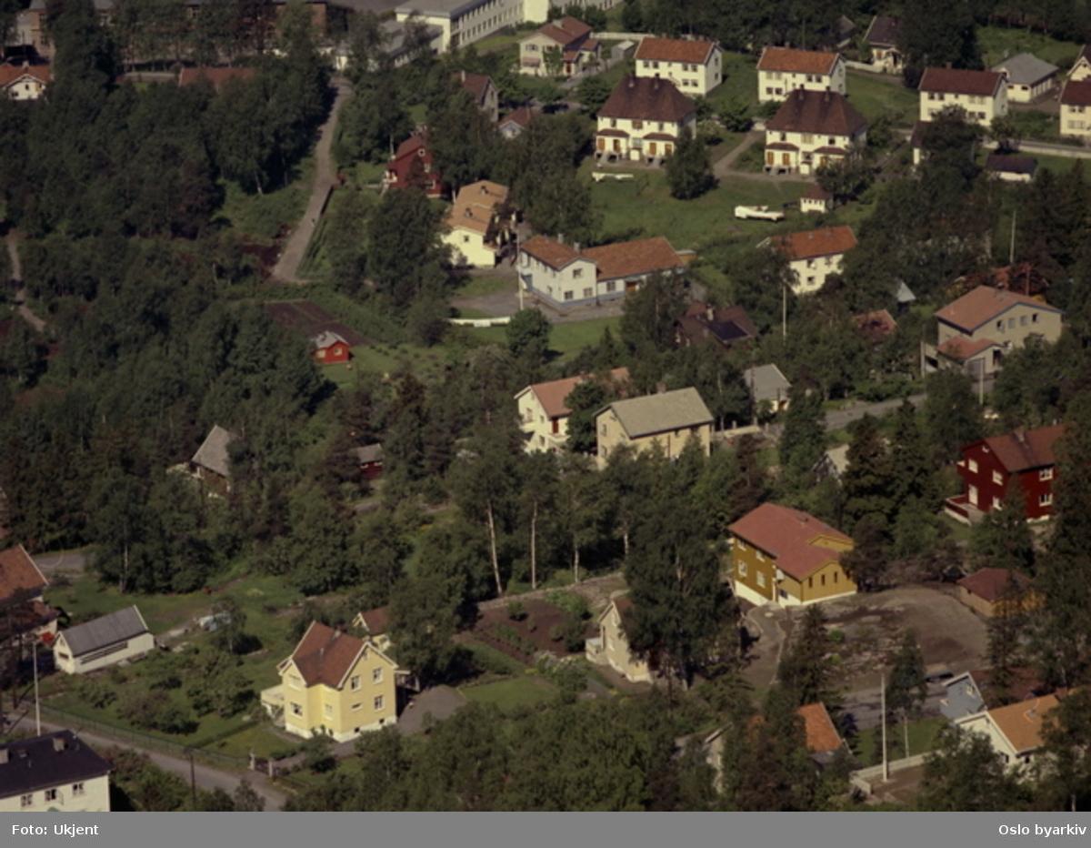 Midtoddveien. I bakgrunnen Kjelsås skole. Myrerveien med Kjelsås Folkets hus (Valhalla) i midten, Fallanveien.(Flyfoto)