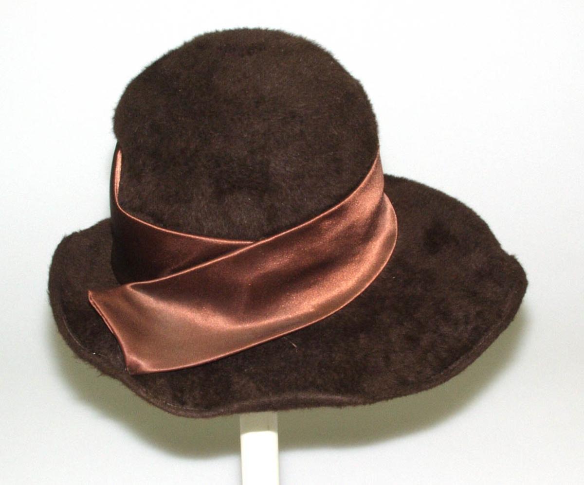 Hatten har svettebånd og har ståltråd i ytterste kant.