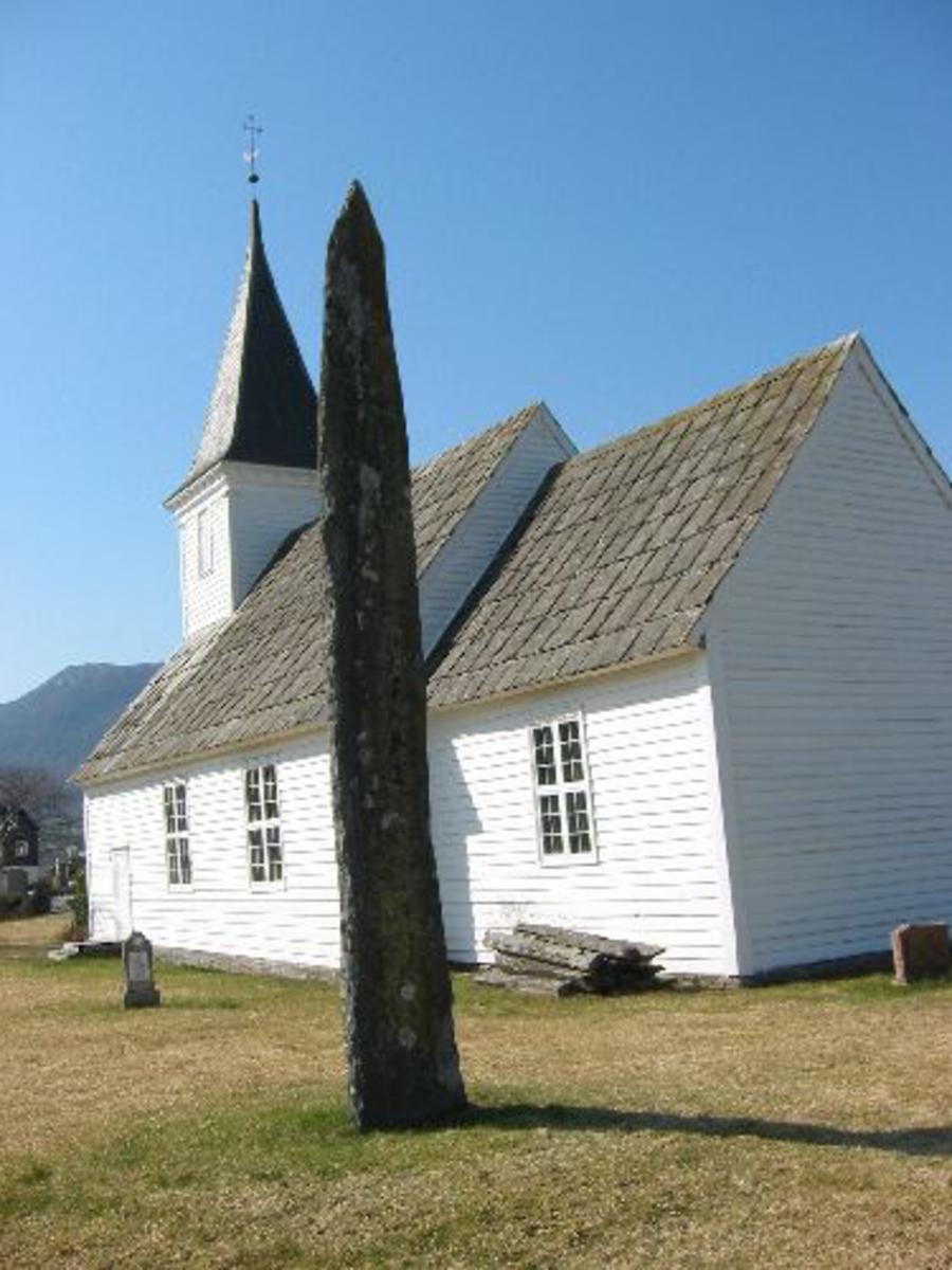 Kjøreanvisning: Bautaen står inne på Etne kyrkje sin kyrkjegård, til høyre for kyrkjen.