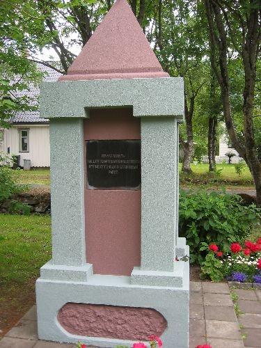 Stort monument med tekst på fire sider på russisk og norsk.