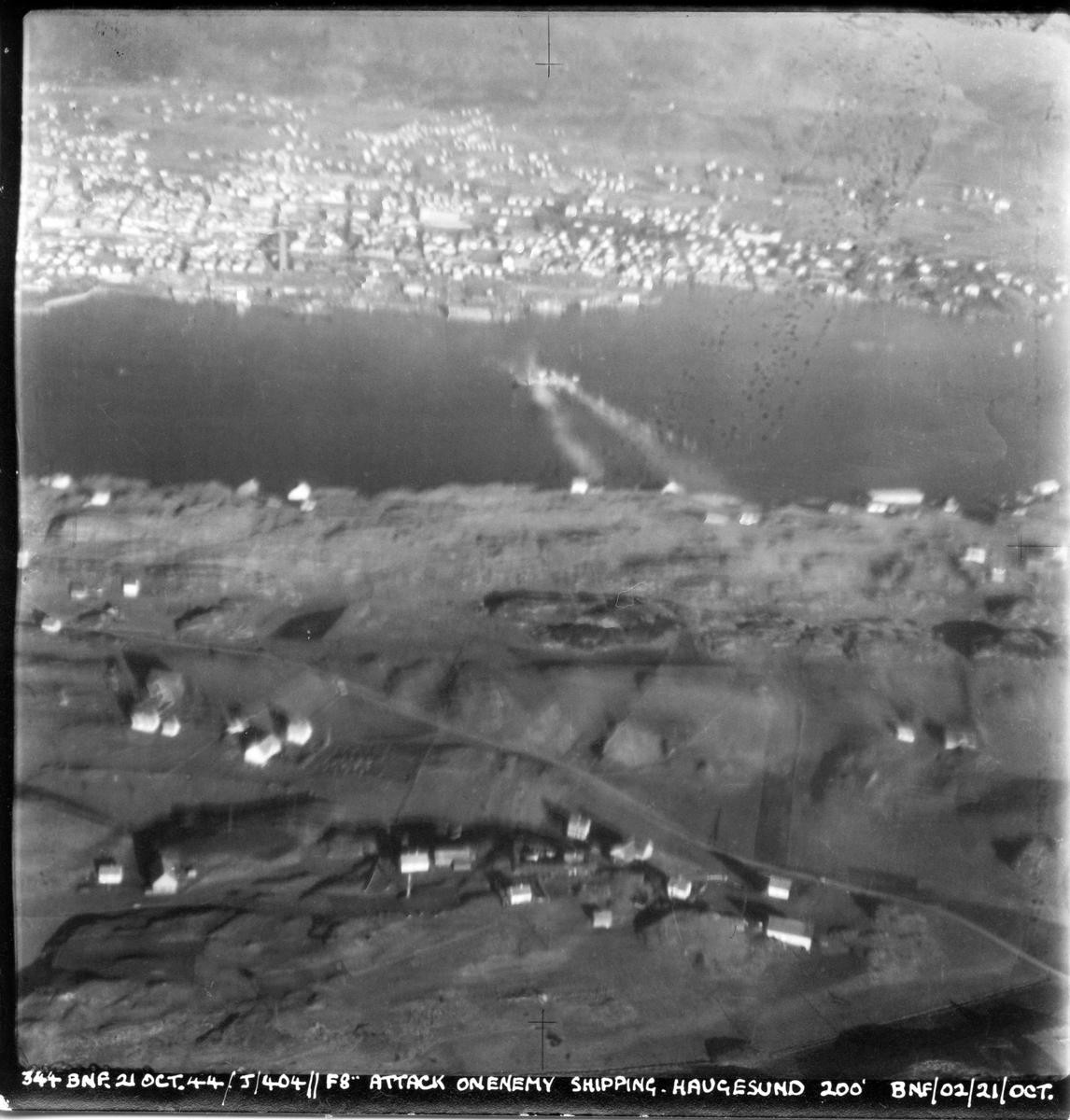 Fly angriper fiendtlige skip i Haugesund, 21. oktober 1944.