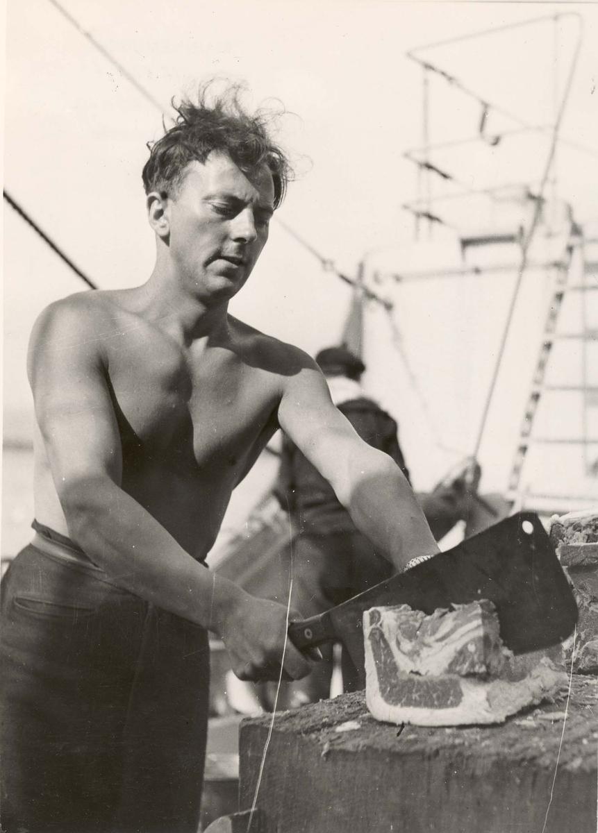 """Jagereen """"Glaisdale"""", livet ombord under 2.VK. Forberedelse av måltid."""