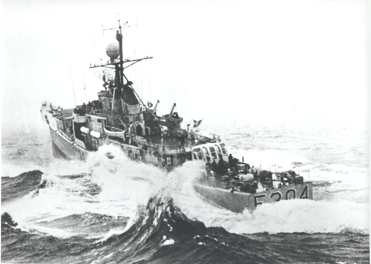 """Oslo-kl.fregatt KNM """"Narvik"""" under fart i hardt vær. Bb. side akter.                                                                                                                   J"""