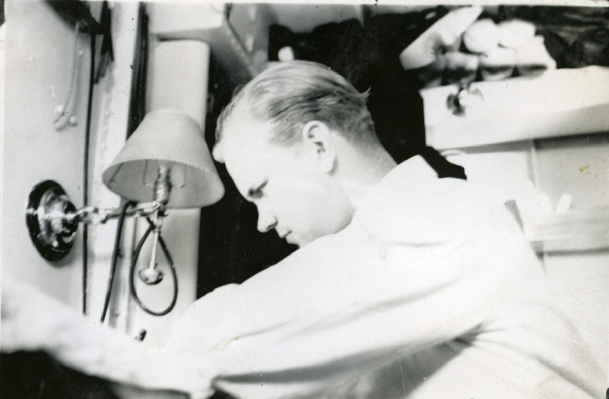 "Album Glaisdale H.Nor.M.S. ""Glaisdale"". Fotograf: Ltn.Knudtzon. Skipets doktor på vakt."
