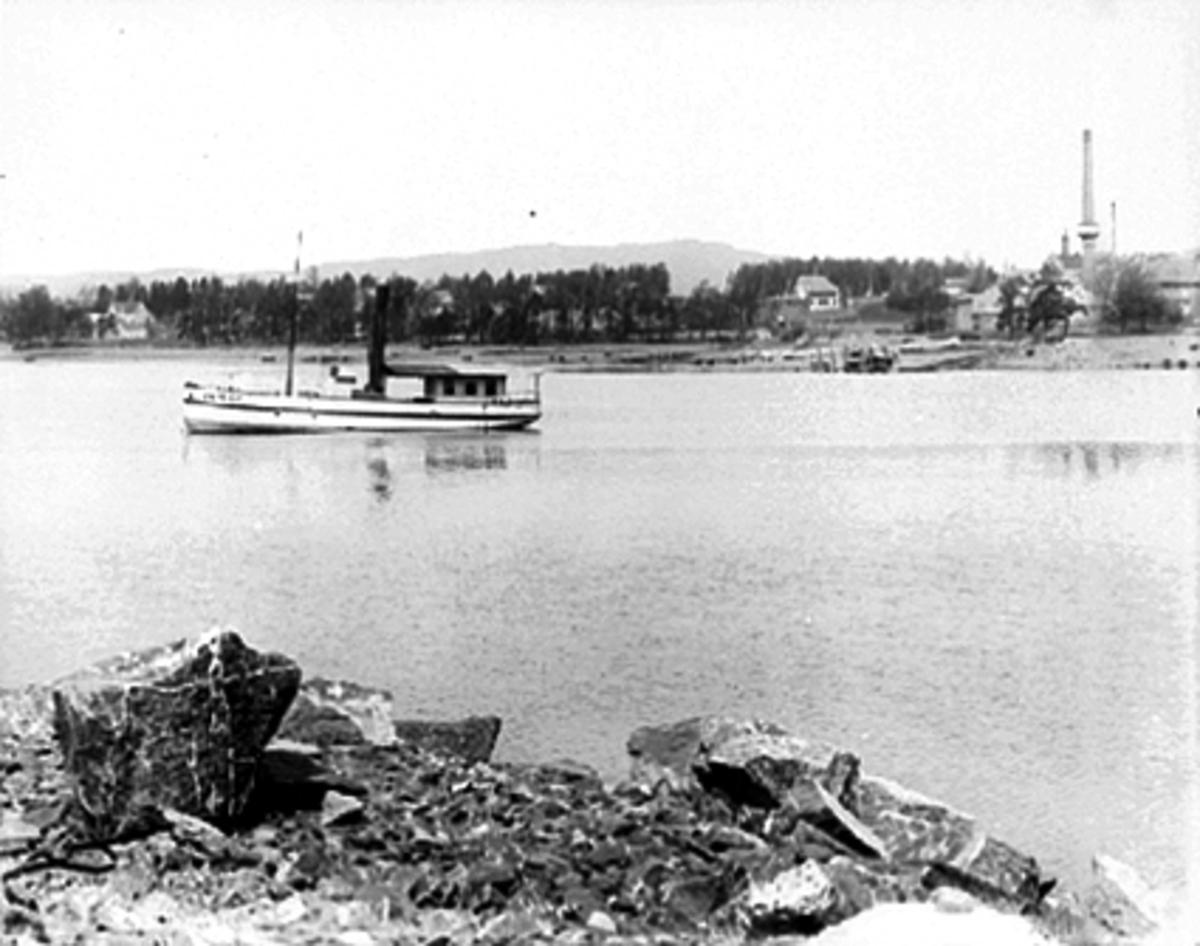 D. S Varden, bygget i 1867 og eid av kjøpmann A. Lund fra Hamar. Mjøsbåt på Mjøsa med Melkefabrikken til høyre og Koigen med Ridehusstranda.