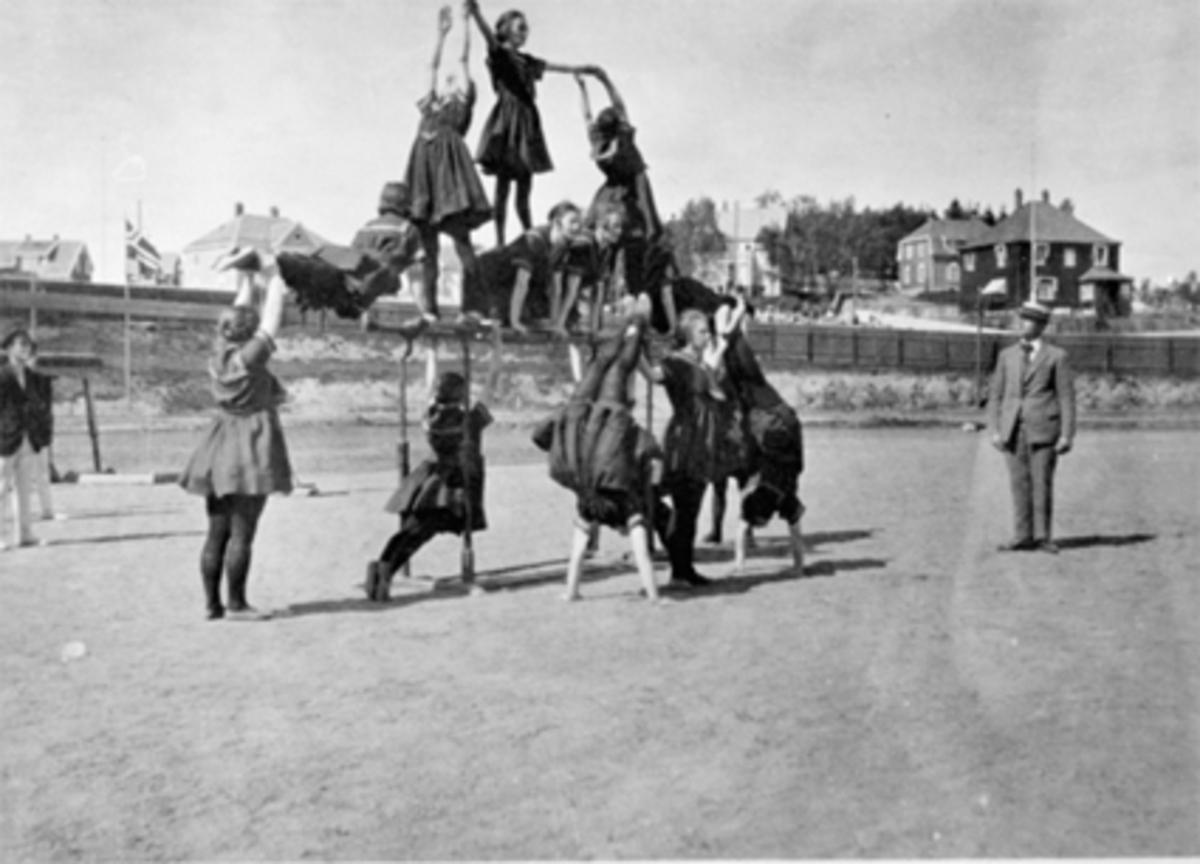 DAMETURNERE OPPSTILT PYRAMIDE, OPPVISNING, HAMAR STADIONSe Idrett i Hamar gjennom 100 år. bilde nr. 171.