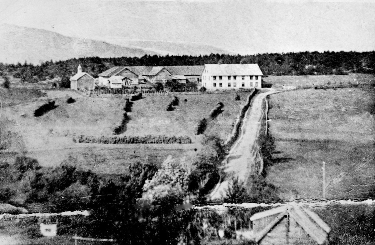 Eksteriør, gardsbruk, Mo gård, Kongsvegen gikk rett mot våningshuset, Moelv.