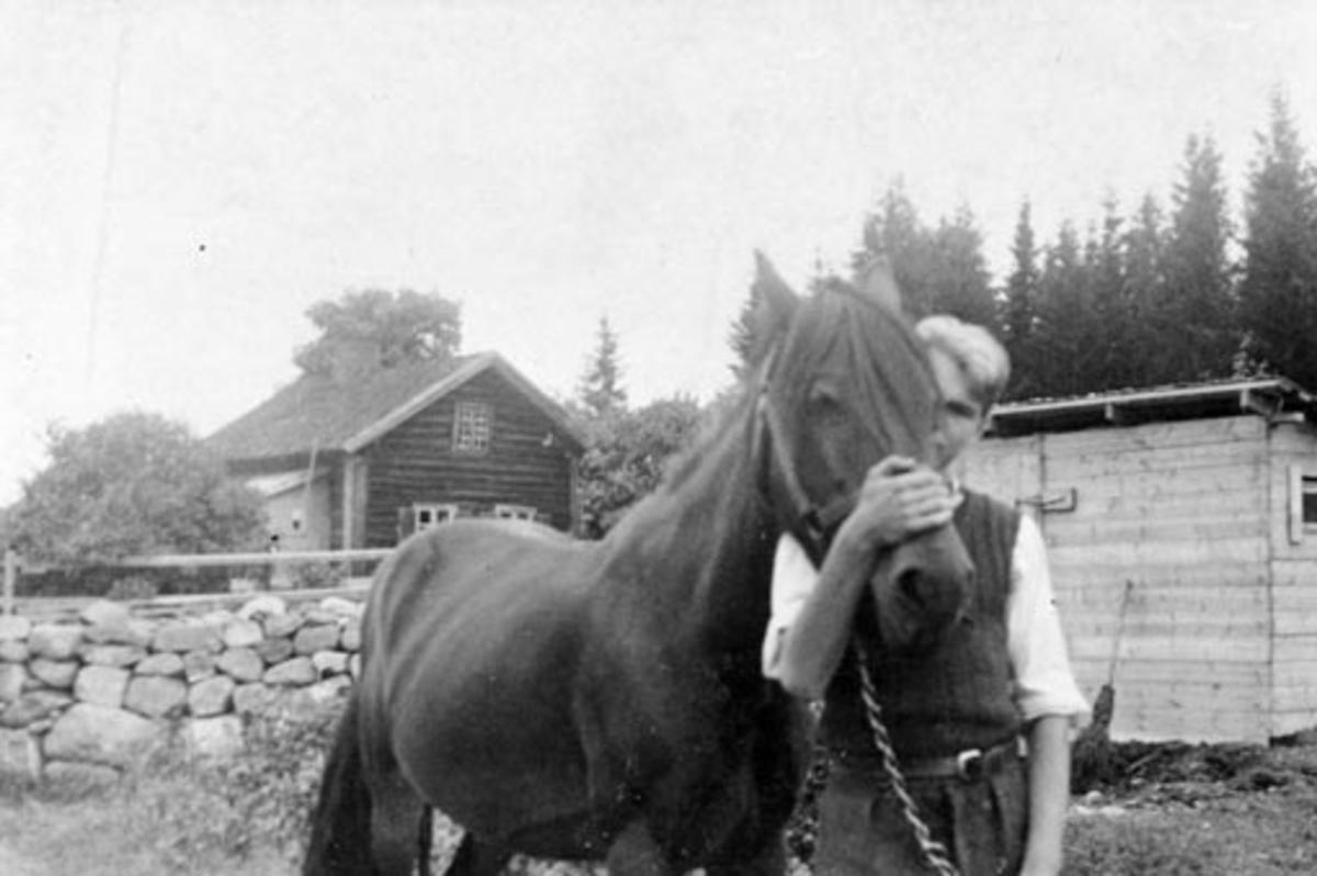Bernt Edvard Ramstad f.1927 med hest i Engeland, Stavsjø, Hedmark.