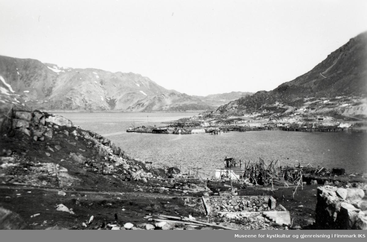 Honningsvåg 1945. Rester av bebyggelsen på Klubben. Blikk fra Robertsonbruket mot dampskipskaia.