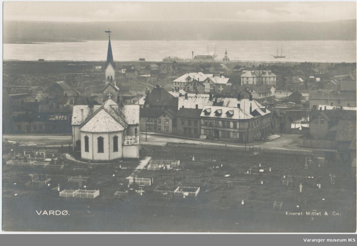 Postkort, byprospekt av Vardø kirke og sentrum sett fra Klondyke, ca. 1920