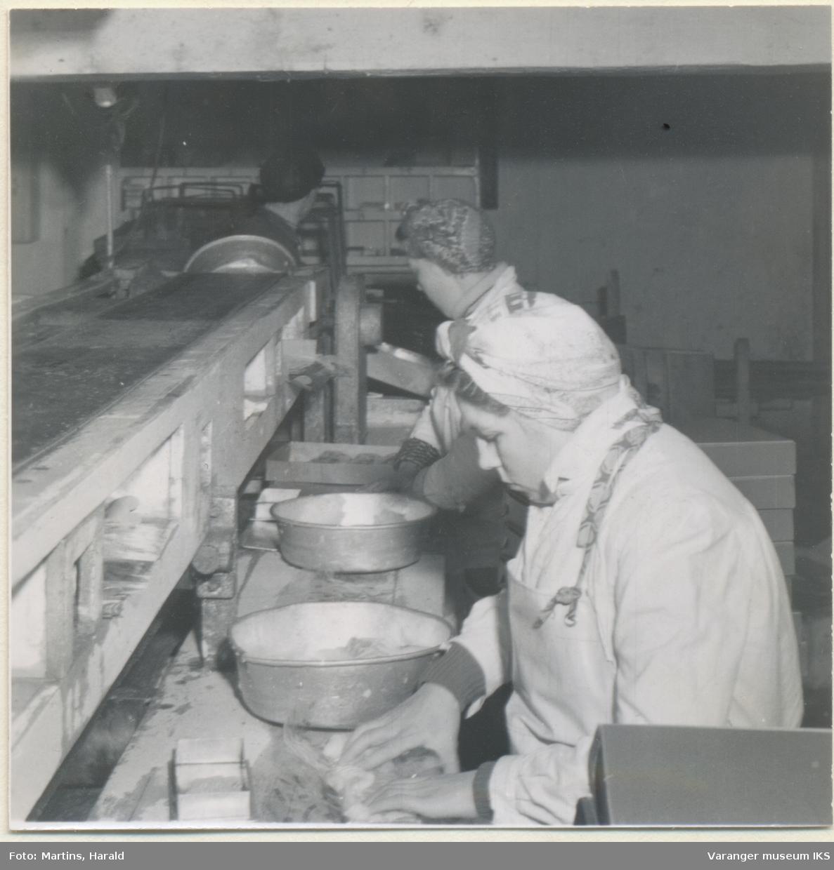 Filetene pakkes, filetfabrikken på Finotro, 25. januar 1956