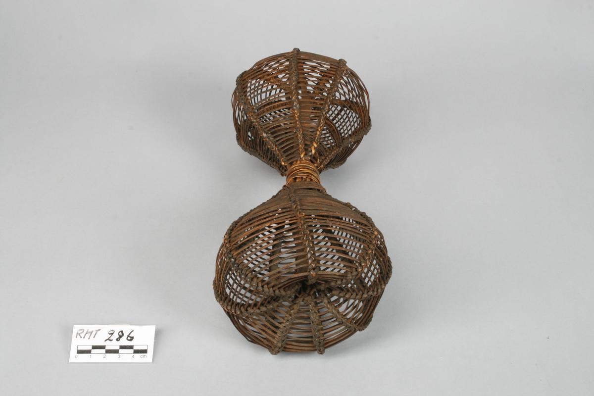 Timeglassform i kurvfletting. Fylt med frukt- eller nøtteskall.