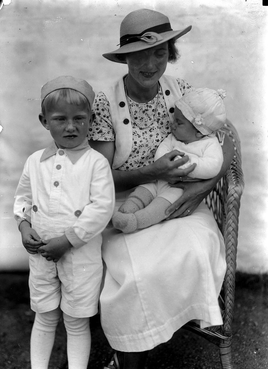 Kvinne og 2 små barn