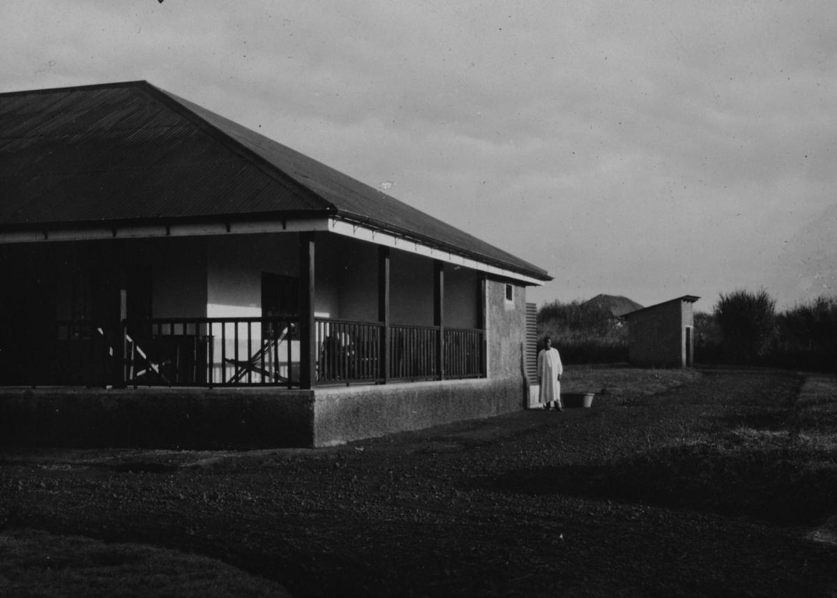 Den ferdigbygde bestyrerboligen med kontor for plantasjeselskapet URCEL i Uganda.