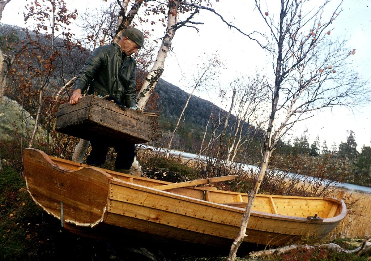 Båt lastes