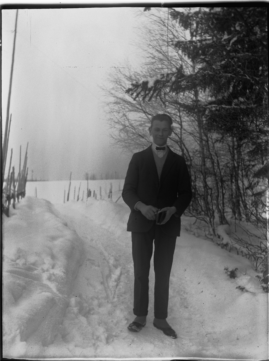 Eksteriør, vinter. Ukjent mann ved en sti.