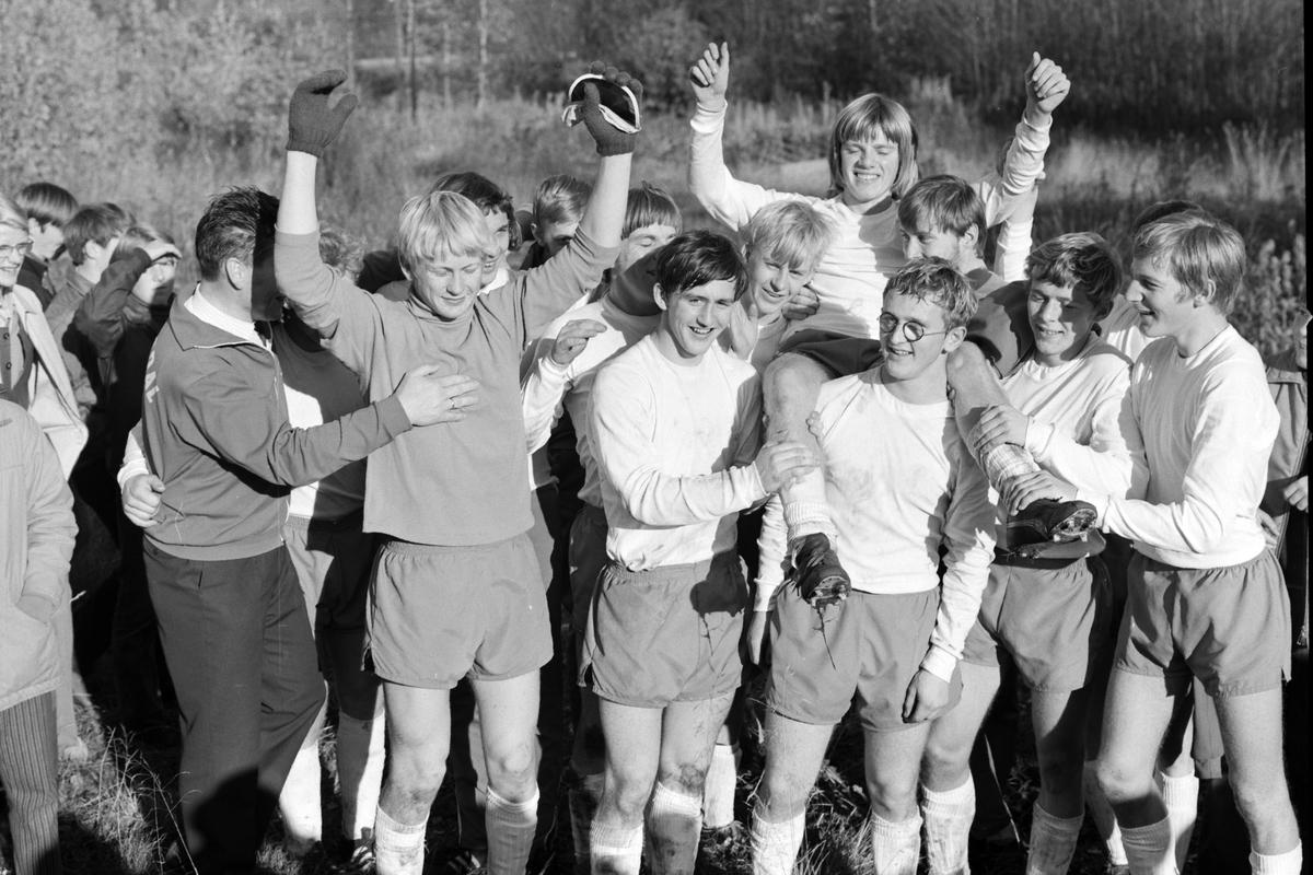 NM Fotball Sveum. Brumunddal. Norgesmesterskapet for junior. 11. 10. 1970. Jubel etter 2-1 seier i finalen over Viking, Stavanger. F. v. Bjørn Arild Nordengen, Siggen Brandanger, Harald Berg og Bjørn Vidar Jonsdal.