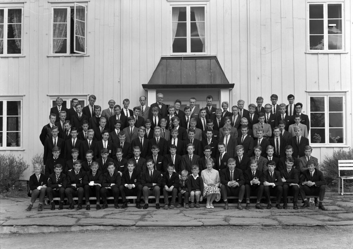 Eckboskolen, 1965.  Gruppe lærere og elever. 31. 05-1965. Eckbo skolen.  (4 opptak. ) Eckbo-skolen på Grimerud gard i Ottestad, Stange. Kostskole.