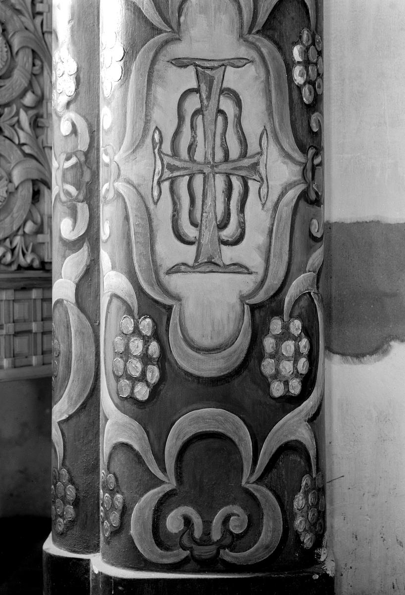 """Hamar domkirke, korbuen ble dekorert av Enevold Thømt (1878-1958) med grå-blå bunn, gyldne kors og drueklaser.   Se heftet """"Hamar Domkirke-om kirkerommet som historisk fortelling"""" skrevet av Ragnar Pedersen. 2004."""