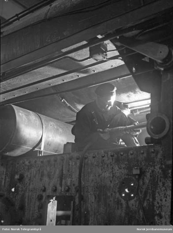 Et moderne verksted : hovedrevisjon av damplokomotiver