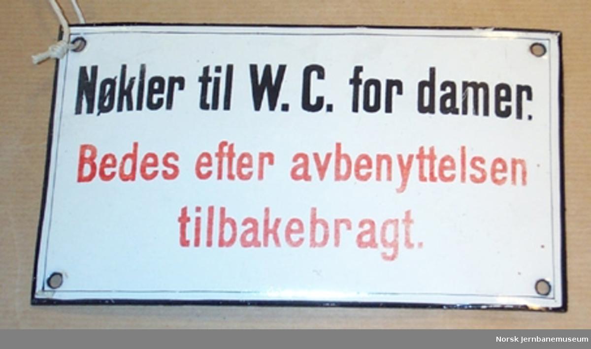 """Skilt : """"Nøkler til W.C. for damer. Bedes efter avbenyttelsen tilbakebragt."""" - fra jernbanestasjon"""