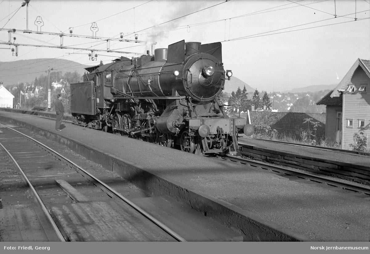 Damplokomotiv type 31a nr. 320 på Nesttun stasjon ved prøvekjøring etter hovedrevisjon