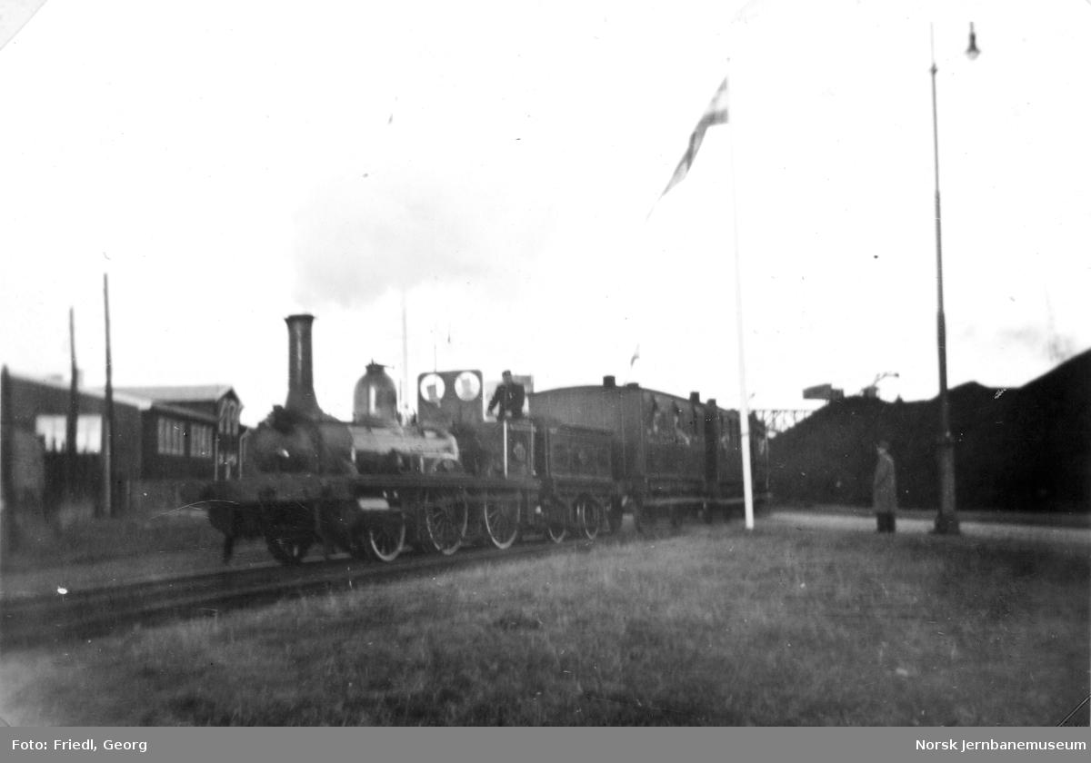 """Damplokomotiv type 2a nr. 17 """"Caroline"""" på NSBs jubileumsutstilling på Filipstad"""