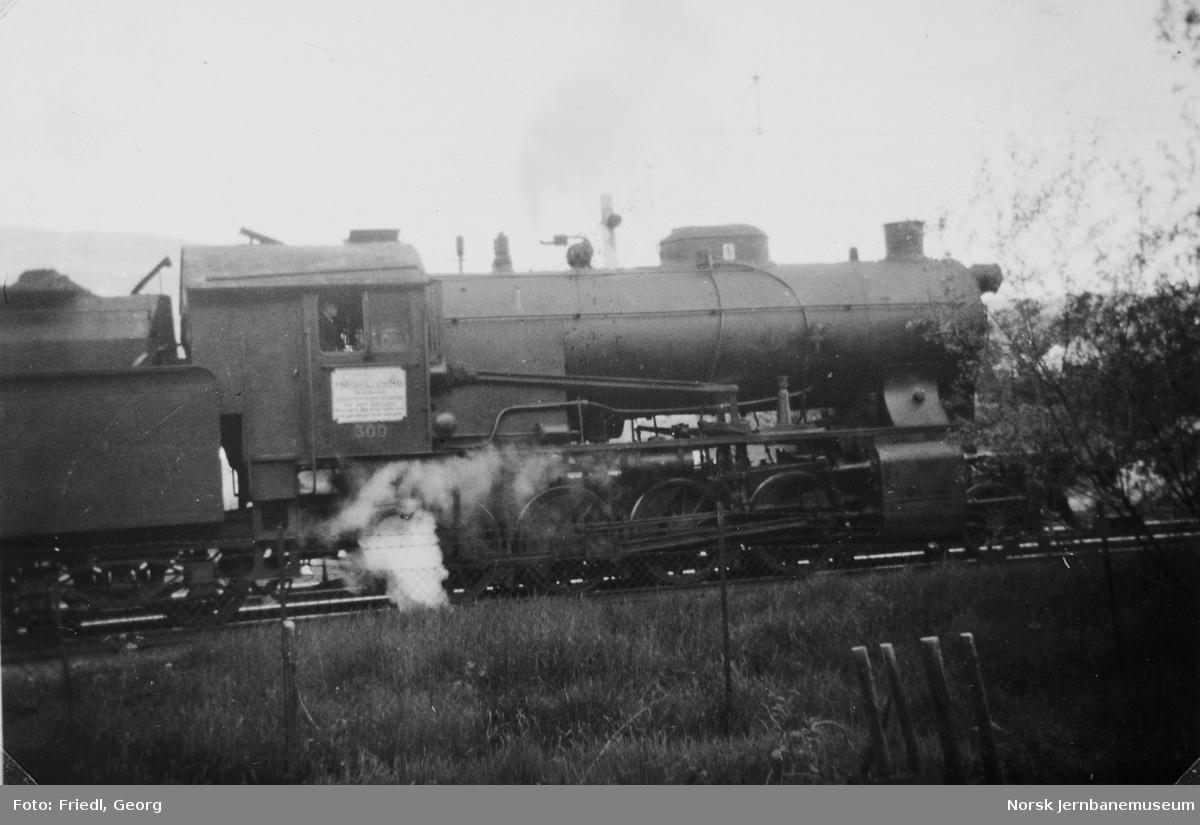Damplokomotiv type 33a nr. 300 foran godstog til Voss på Minde stasjon