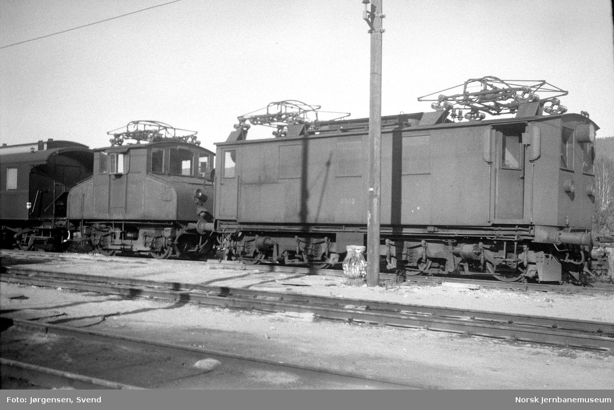 NSB elektrisk lokomotiv type El 7 nr. 2502 på Sundland, med El 6 nr. 2503 i bakgrunnen