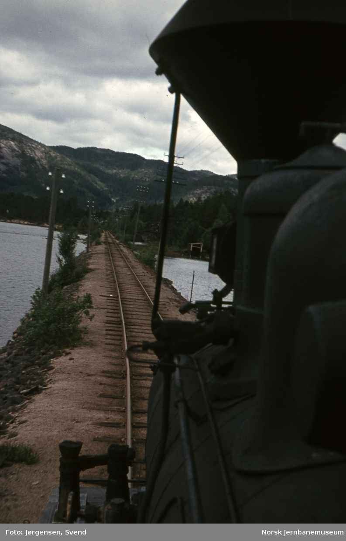 Utsikt fremover fra lokomotivet i godstog 5661 ved Vassenden bru