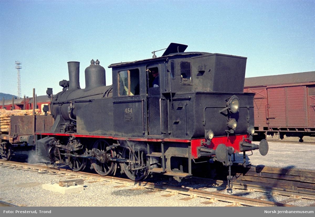 Damplokomotiver type 23b nr. 454 under skifting på Trondheim stasjon