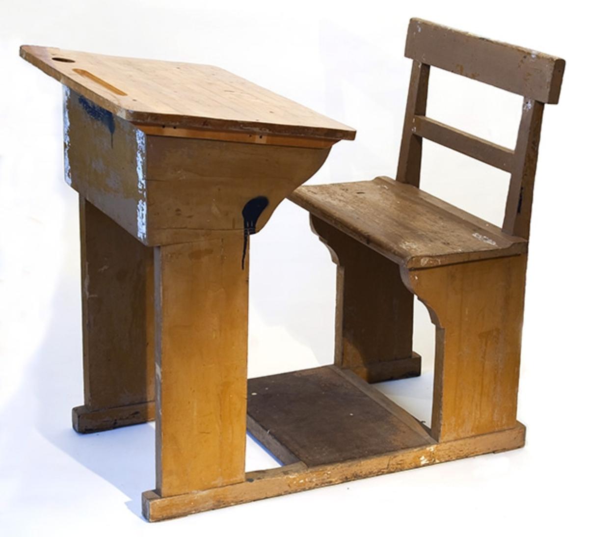 Elevpult fra Son skole. Pult for en elev, Pult og stol med fotbrett montert på to dragere.
