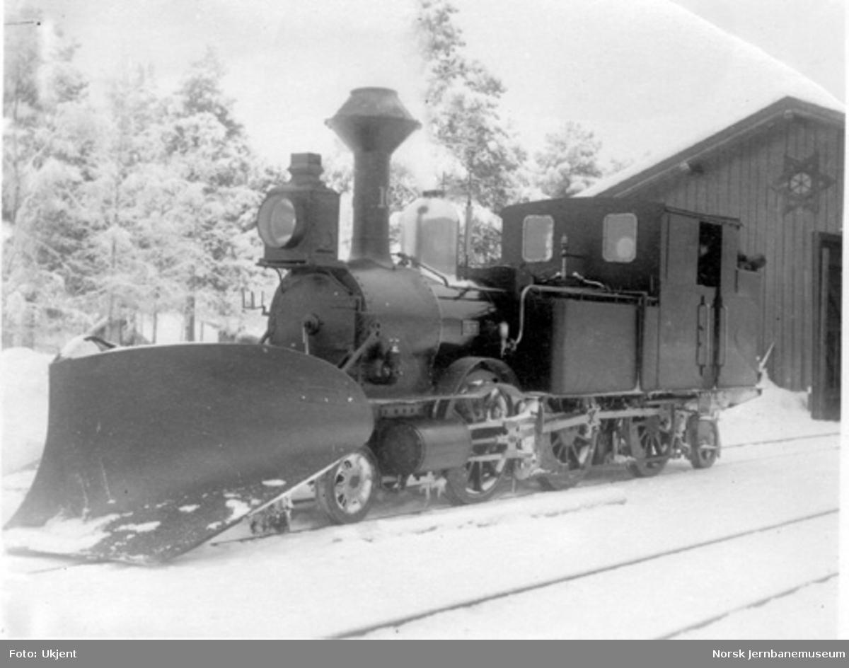Smalsporet damplokomotiv type VII nr. 16 med stor frontplog ved godshuset på Rena stasjon