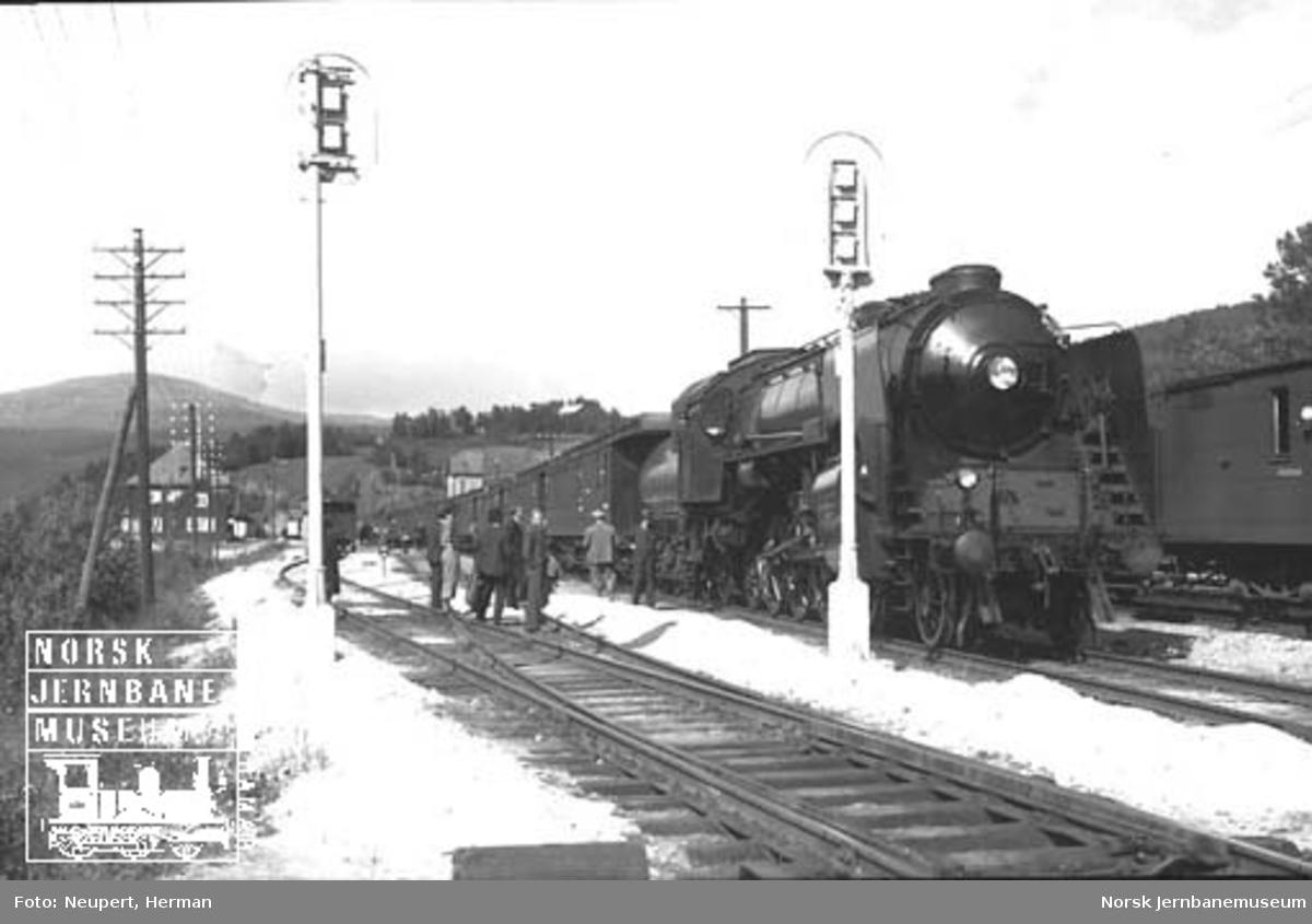 "Damplokomotiv type 49a nr. 463 ""Dovregubben"" med persontog på Dombås stasjon"