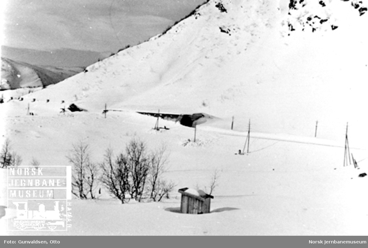 Rasparti ved Fjellberg med ødelagt snøoverbygg
