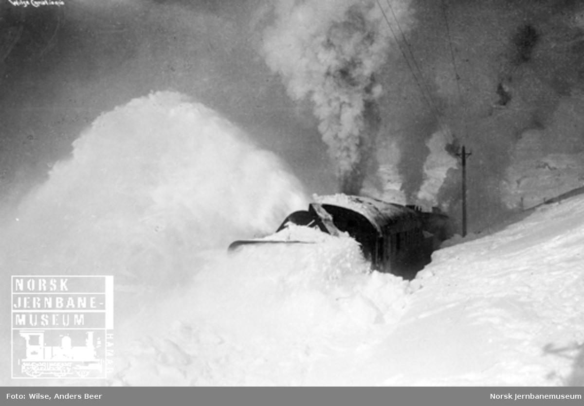 Roterende snøplog i arbeid på Bergensbanen