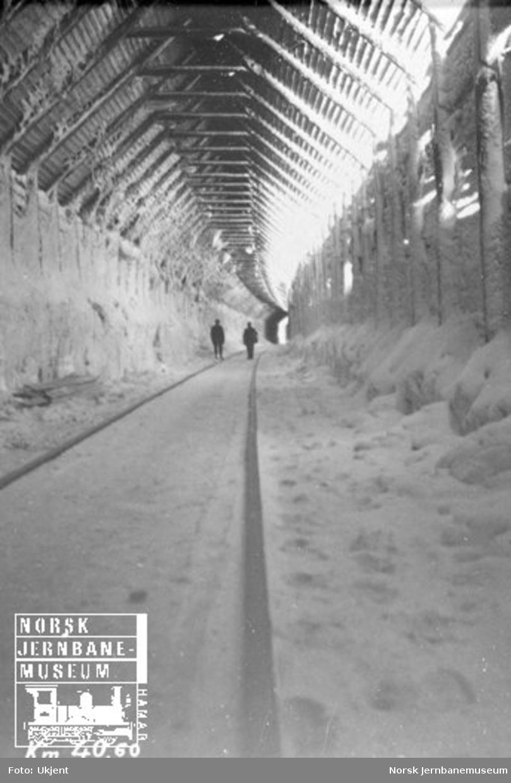 Vinterbilde inne i et snøoverbygg ved km 40,60